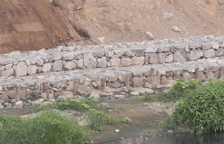 Hot dip galvanized gabion stone boxes for sea water or river water, it is the river bank construction site.
