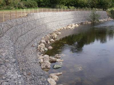 The 10% aluminum-zinc gabions are installed on the riverbank.