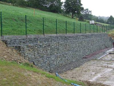 The 10% aluminum-zinc gabions are installed at the foot of slope.